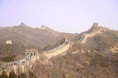 Den stora väggen av Kina mot en purpurfärgad himmel Royaltyfria Bilder