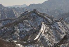 Den stora väggen i vit snö för vinter Arkivfoto