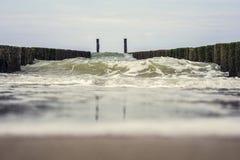 Den stora vågen kolliderar på vågbrytaren Arkivbilder