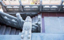 Den stora väggen i Kina Drake-formade stenar som smyckar väggarna av gåvägen i en kinesisk tempeltempel Arkivfoton