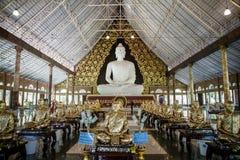 Den stora vita Buddha i tempel Arkivfoto