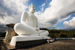 Den stora vita Buddhastatyn, Thailand Arkivfoto