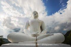Den stora vita Buddhastatyn, Thailand Royaltyfri Foto
