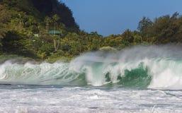 Den stora waven på tunneler sätter på land på Kauai Arkivfoton