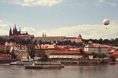 Den storartade sikten från Charles Bridge till Mala Strana Arkivbild