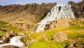 Den storartade sommarsikten av den Dynjandifoss Dynjandi vattenfallet, juvlar av Westfjordsen, Island Royaltyfria Bilder