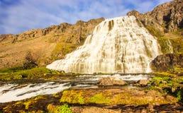 Den storartade sommarsikten av den Dynjandifoss Dynjandi vattenfallet, juvlar av Westfjordsen, Island Arkivbild