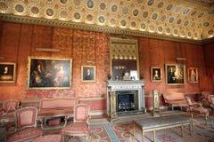 Den storartade vardagsrummet är full av målningar av royalty från passerade år Arkivbilder