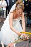 Den storbystade bruden som low ser med, såg Royaltyfria Bilder