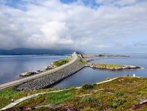 Den Storseisundet bron på den atlantiska vägen Arkivfoto