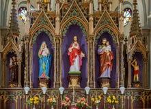 Den storslagna altarskåpet bak altaret i den Dindigul kyrkan Arkivfoton