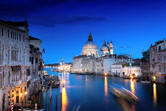 Den storslagna kanal- och BasilicaSanta Maria dellaen saluterar, Venedig royaltyfria bilder