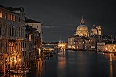 Den storslagna kanal- och BasilicaSanta Maria dellaen saluterar, Venedig royaltyfri fotografi