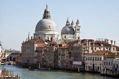 Den storslagna kanal- och BasilicaSanta Maria dellaen saluterar, Venedig, Italien Arkivbild