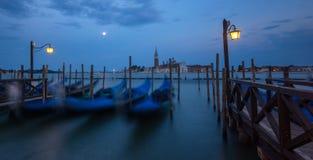 Den storslagna kanal- och BasilicaSanta Maria dellaen saluterar, Venedig, Italien Fotografering för Bildbyråer