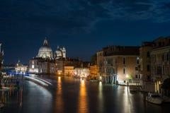 Den storslagna kanal- och BasilicaSanta Maria dellaen saluterar, Venedig, Italien Royaltyfri Bild