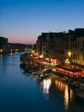 Den storslagna kanalen på skymningen i Venedig Arkivfoton