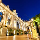 Den storslagna kasinot Monte - carlo på natten monaco arkivfoto
