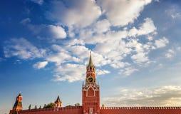 Den storslagna Kremlslott- och Kremlväggen 100f 2 8 28 för kameraafton f för 301 ai velvia för sommar för nikon s för fujichrome  Royaltyfria Foton