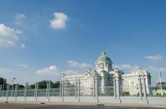 Den storslagna kungliga slotten Royaltyfri Fotografi