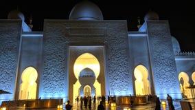 Den storslagna moskén på Abu Dhabi på natten fotografering för bildbyråer