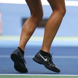 Den storslagna slamen för fem gånger bär mästaren Maria Sharapova av rysk federation beställnings- Nike tennisskor under övning f Fotografering för Bildbyråer
