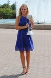 Den storslagna slamen för två gånger poserar mästaren Angelique Kerber av Tyskland med den ingen WTAEN 1 trofé Royaltyfri Fotografi