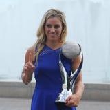 Den storslagna slamen för två gånger poserar mästaren Angelique Kerber av Tyskland med den ingen WTAEN 1 trofé Arkivbild