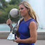 Den storslagna slamen för två gånger poserar mästaren Angelique Kerber av Tyskland med den ingen WTAEN 1 trofé Arkivbilder