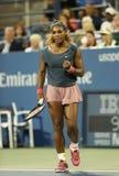 Den storslagna slamen för sexton gånger matchar mästaren Serena Williams under hans första rundadubbletter på US Open 2013 Arkivfoto