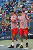 Den storslagna slamen kämpar för Mike, och Bob Bryan i handling under US Openkvartsfinaldubbletter 2016 matchar Royaltyfri Fotografi