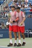 Den storslagna slamen kämpar för Mike, och Bob Bryan i handling under US Openkvartsfinaldubbletter 2016 matchar Arkivbild