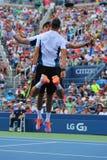 Den storslagna slamen kämpar för Mike och Bob Bryan som firar seger, efter dubbletter för runda 3 har matchat på US Open 2014 Arkivbild
