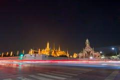 Den storslagna slotten för natt och den elephent monumentet Royaltyfria Bilder