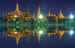 Den storslagna slotten i den regniga dagen Royaltyfria Bilder