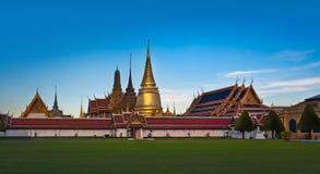 Den storslagna slotten & Wat Phra Kaew (Emerald Buddha Temple), Bangkok, Thailand. gränsmärke av Thailand. Royaltyfri Foto