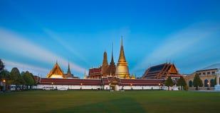 Den storslagna slotten & Wat Phra Kaew (Emerald Buddha Temple), Bangkok, Thailand. Turist- dragningar för nr. 1 i Thailand Royaltyfri Bild