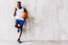 Den stränga unga afrikanska idrottsmannen med skägget som det har, kopplar av tid Royaltyfria Foton