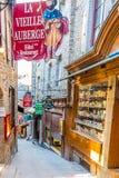 In den Straßen von Mont Saint-Michele Stockfotos