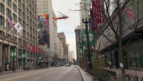 In den Straßen zwischen Chicagos vielen Hochhäusern, schleppen Hubschrauber Fracht, und das Bild begeistert stock video footage