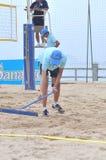 Den Strand nach einem Volleyball planierend, passen Sie in Stadt Nha Trang zusammen Lizenzfreie Stockfotografie