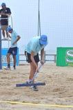 Den Strand nach einem Volleyball planierend, passen Sie in Stadt Nha Trang zusammen Lizenzfreie Stockfotos