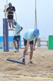 Den Strand nach einem Volleyball planierend, passen Sie in Stadt Nha Trang zusammen Stockfotografie
