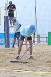 Den Strand nach einem Volleyball planierend, passen Sie in Stadt Nha Trang zusammen Lizenzfreies Stockfoto