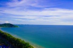 Den strandhavet och skyen beskådar. Arkivbild