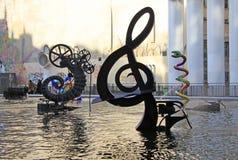 Den Stravinsky springbrunnen nära mitten Georges Pompidou i Paris Arkivbild