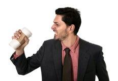 Den stressade affärsmannen i dräkt och det krossande bandet tömmer koppen av bort kaffe för tagande i koffeinböjelsebegrepp Fotografering för Bildbyråer