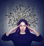 Den stressade kvinnan har för många tankar Arkivbilder