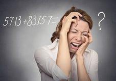 Den stressade kvinnan kan inte lösa matematikproblem arkivbilder