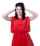 Den stressade kvinnan sätter hennes händer på huvudet Arkivfoto